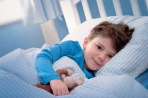 мальчик в кровати