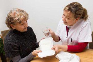 врач предлагает прокладку женщине