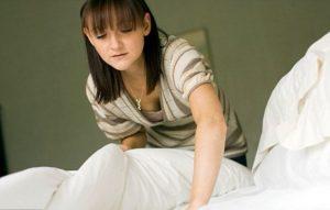 женщина щупает постель