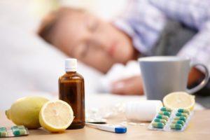 Человек простудился и лежит в кровати