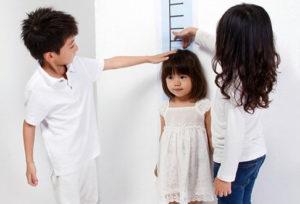 Дети меряют рост