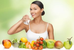 Девушка на диете пьет воду