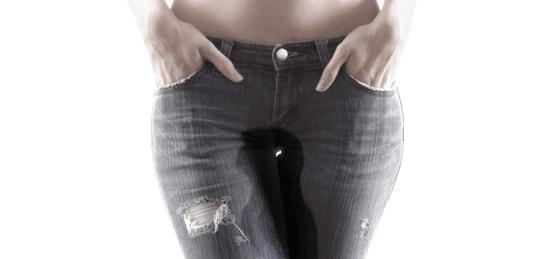 женщина с мокрыми джинсами