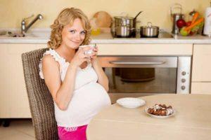 беременная женщина кушает