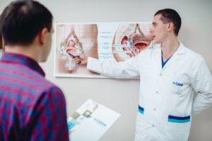 Врач показывает пациенту