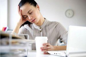 Девушка на устала на работе