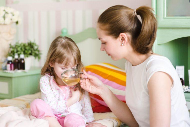 мама дает пить дочери перед сном