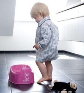 ребенок идет к горшку