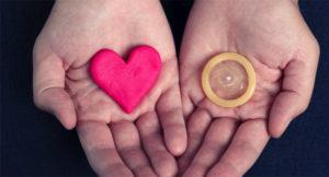 в руках сердце и презерватив