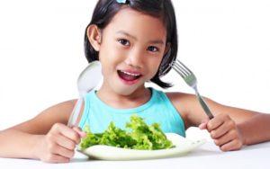 Девочка ест полезную еду