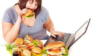 Девушка есть вредную еду