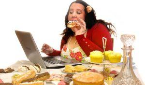 Девушка много ест