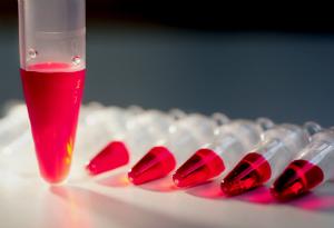 пробирка-тестер с кровью