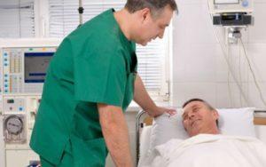 мужчина в больнице с доктором