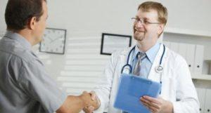 пациент и врач жмут руку