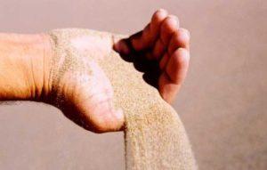 с руки сыпется песок