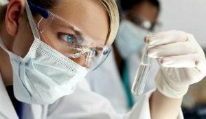 лаборант смотрит на пробирку