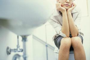 девушка сидит на унитазе