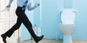 Мужчина бежит к туалету
