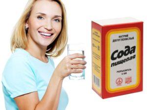 Девушка пьет пищевую соду