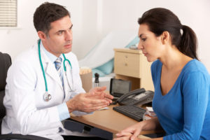 Пациент говорит с врачом