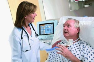 Врач говорит с пациентом