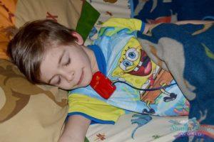 мальчик спит с прибором