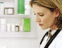 женщина выбирает препараты