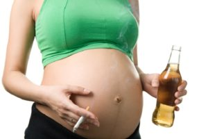 беременная пьет и курит