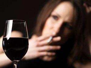 женщина курит и пьет