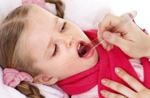 ребенку проверяют горло