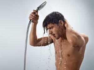 мужчина принимает душь