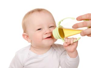 Ребенок пьет чай