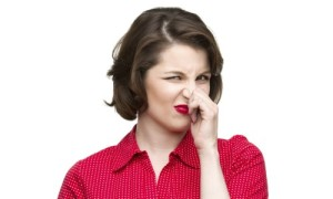 девушка и неприятный запах
