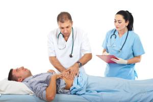 врач оказывает помощь при колике