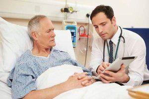 пациент в больнице с доктором
