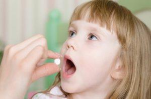 Ребенок пьет таблетки