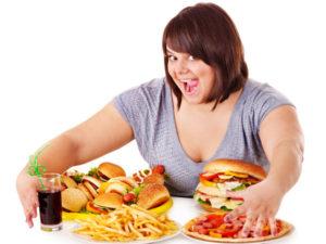 девушка ест вредную еду