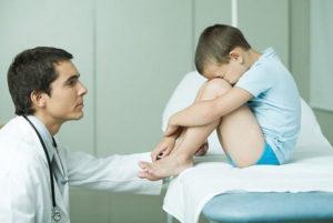 ребенок сидит на кушетке у врача