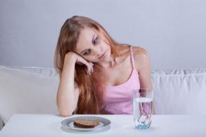 девушка хлеб и вода