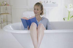женщина в ванночке