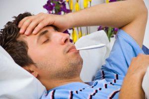 мужчина меряет температуру