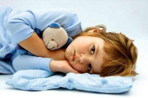 ребенок обнимает мишку