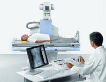 пациент лежит на столе рентген аппарата