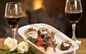сладости и бокалы с вином