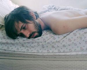 мужчина лежит