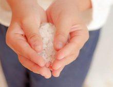 соль в руках