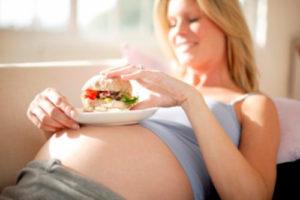 беременная кушает
