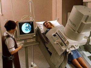 врач делает рентгеновскийснимок