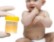 ребенок и врач с анализом мочи